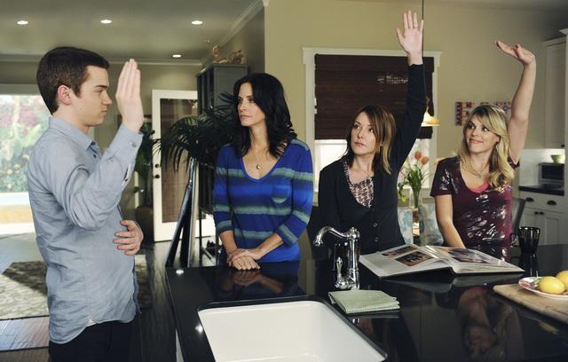 Cougar Town: Courteney Cox, Christa Miller e Busy Philipps in una scena dell'episodio When a Kid Goes Bad