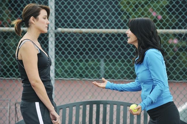 Cougar Town: Courteney Cox e Christa Miller in un momento dell'episodio All the Wrong Reasons