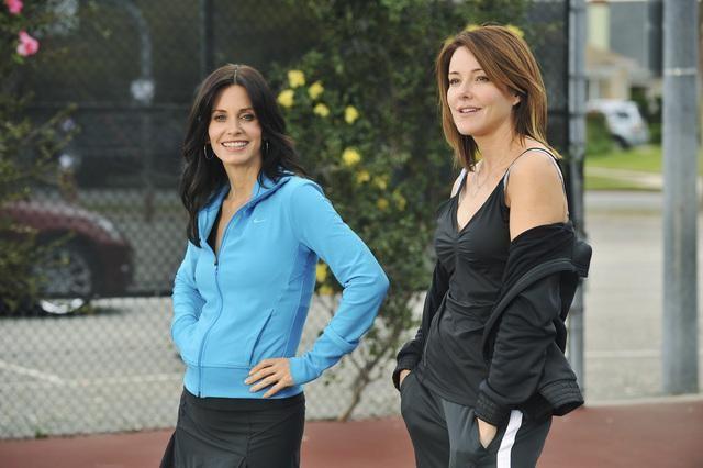 Cougar Town: Courteney Cox e Christa Miller in una scena dell'episodio All the Wrong Reasons