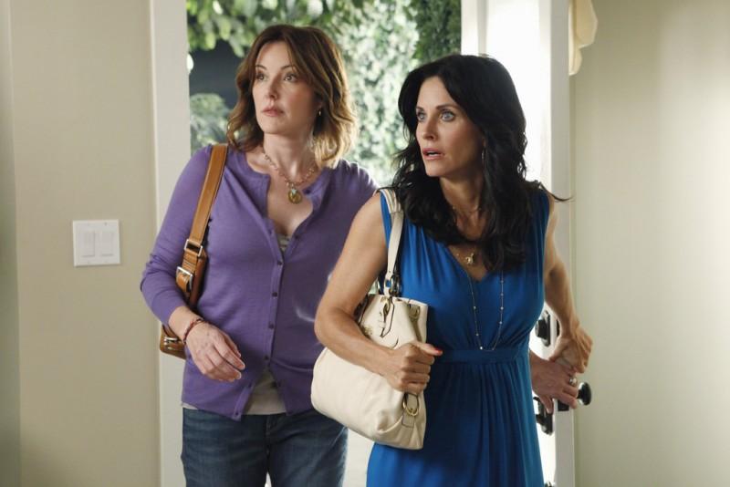 Cougar Town: Courteney Cox e Christa Miller in una scena dell'episodio Rhino Skin