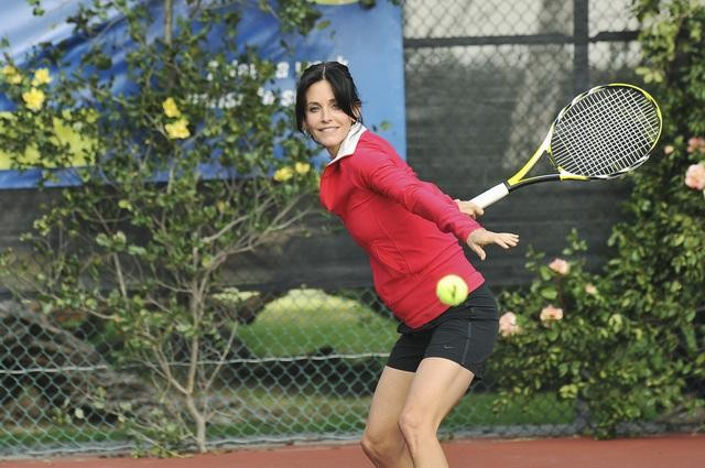 Cougar Town: Courteney Cox impegnata in una partita a tennis nell'episodio All the Wrong Reasons