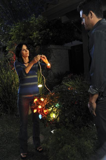 Cougar Town: Courteney Cox in una scena dell'episodio When a Kid Goes Bad