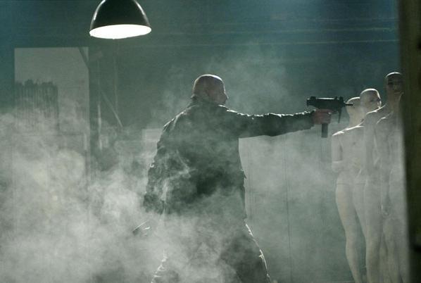 John Travolta in una scena d'azione del film From Paris with Love