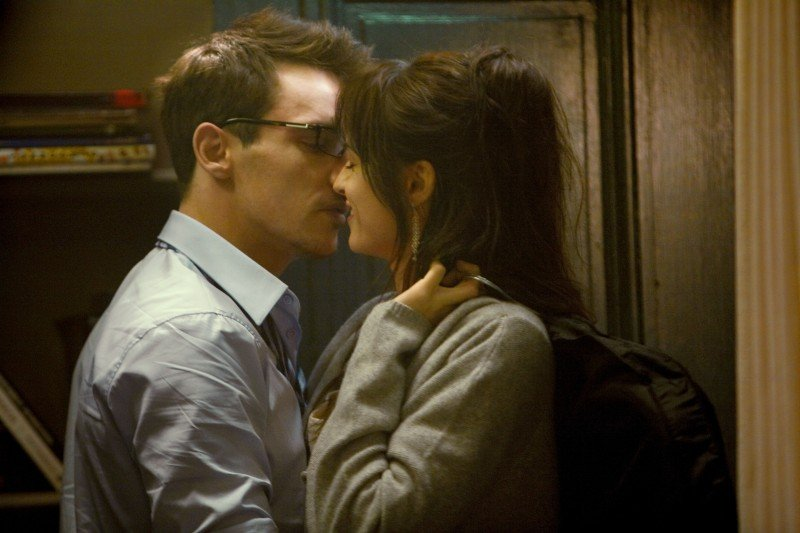 Jonathan Rhys Meyers e Kasia Smutniak in un'immagine romantica dal film From Paris with Love