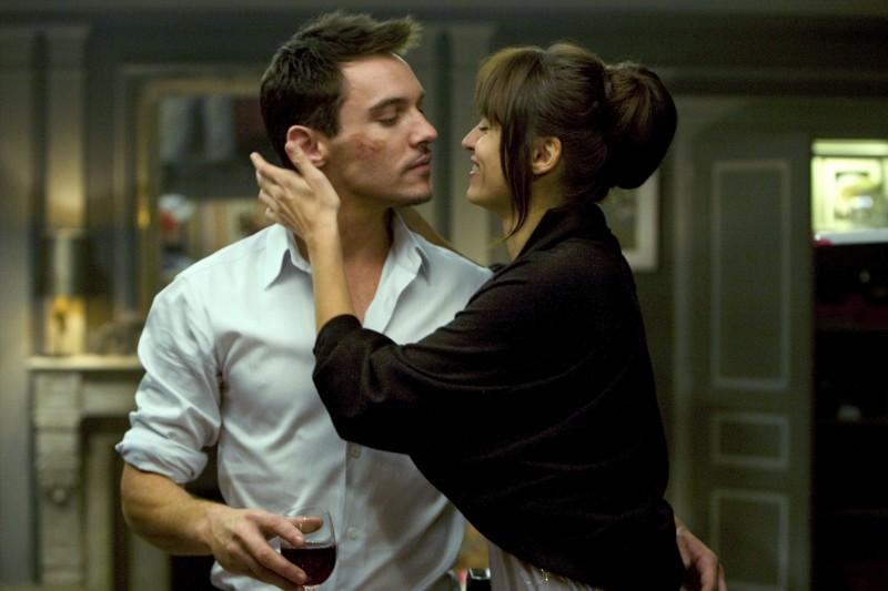 Jonathan Rhys Meyers e Kasia Smutniak in una scena del film From Paris with Love
