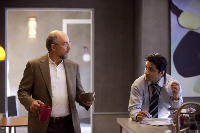 Past Life: Ravi Patel e Richard Schiff in una scena dell'episodio Dead Man Talking