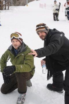 Shawn Ashmore e il regista Adam Green sul set del film Frozen