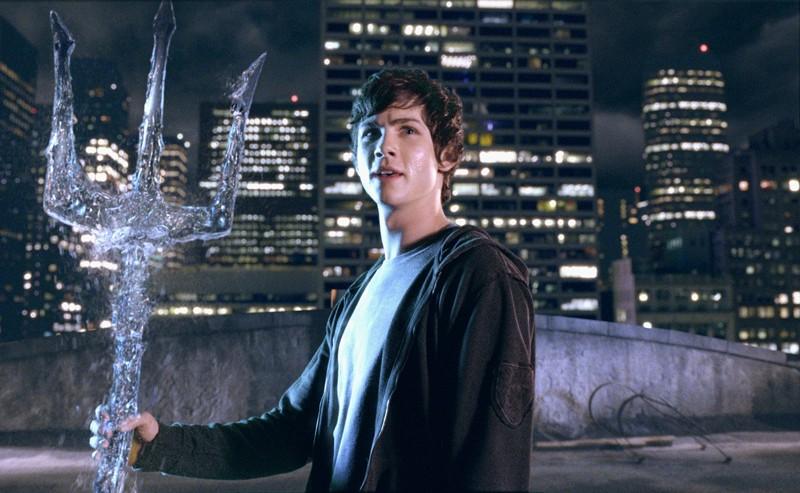 tridente poseidone  Percy (Logan Lerman) con il tridente di Poseidone in una scena del ...