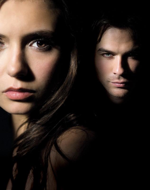 Un'immagine con Nina Dobrev e Ian Somerhalder usata per un poster della stagione 1 di The Vampire Diaries