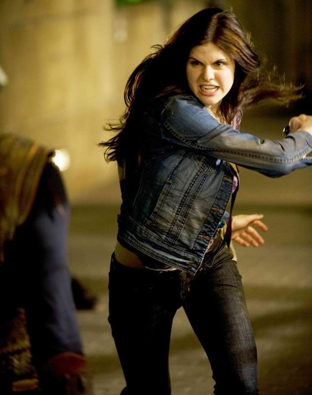 Una scena d'azione per Alexandra Daddario (Annabeth Chase) nel film Percy Jackson e gli dei dell'Olimpo: Il ladro di fulmini