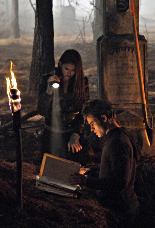 Elena (Nina Dobrev) e Stefan (Paul Wesley) cercano il Grimorio nell'episodio Children of the Damned di The Vampire Diaries