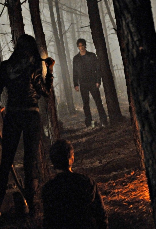 Elena (Nina Dobrev), Stefan (Paul Wesley) e Damon (Ian Somerhalder) al cimitero di Mystic Falls nell'episodio Children of the Damned di The Vampire Diaries