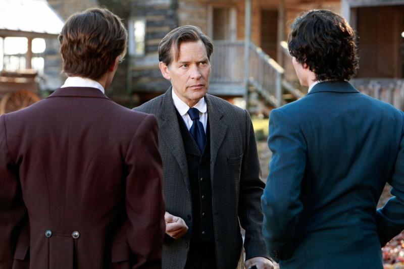 Giuseppe Salvatore (James Remar) mette in guardia i figli (Ian Somerhalder e Paul Wesley) dai vampiri nell'episodio Children of the Damned