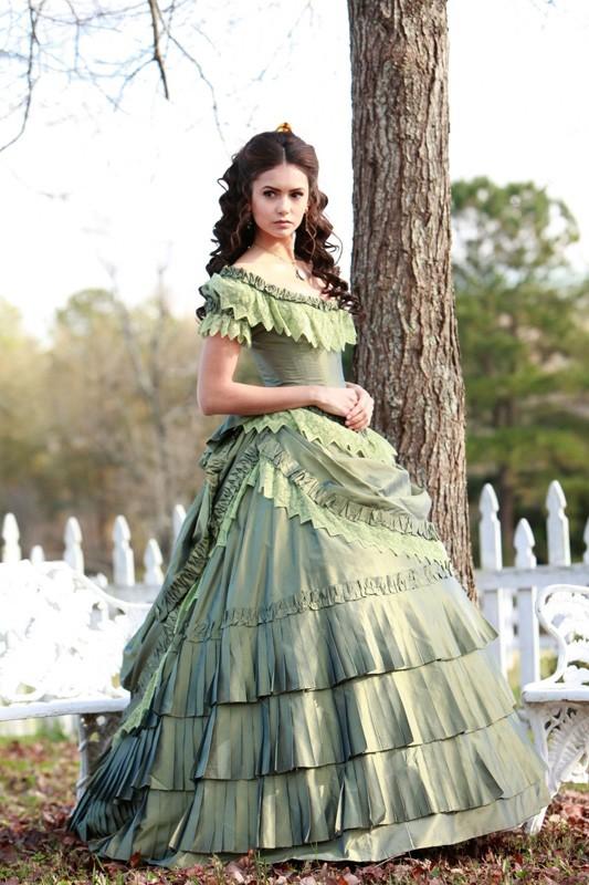 Katherine (Nina Dobrev) con un vestito tipico del 1800 nell\\u0027episodio  Children of
