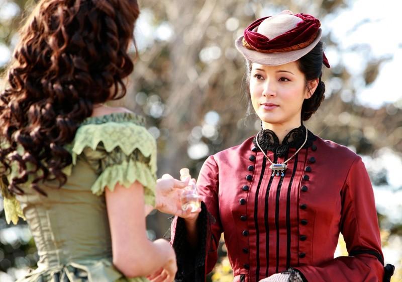 Katherine (Nina Dobrev) e l'amica Pearl (Kelly Hu) nell'episodio Children of the Damned di Vampire Diaries