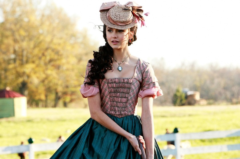 Katherine (Nina Dobrev) gioca a cricket in una scena del passato nell'episodio Children of the Damned di Vampire Diaries