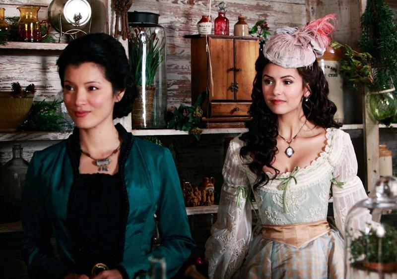Kelly Hu e Nina Dobrev in una scena nell'episodio Children of the Damned di Vampire Diaries