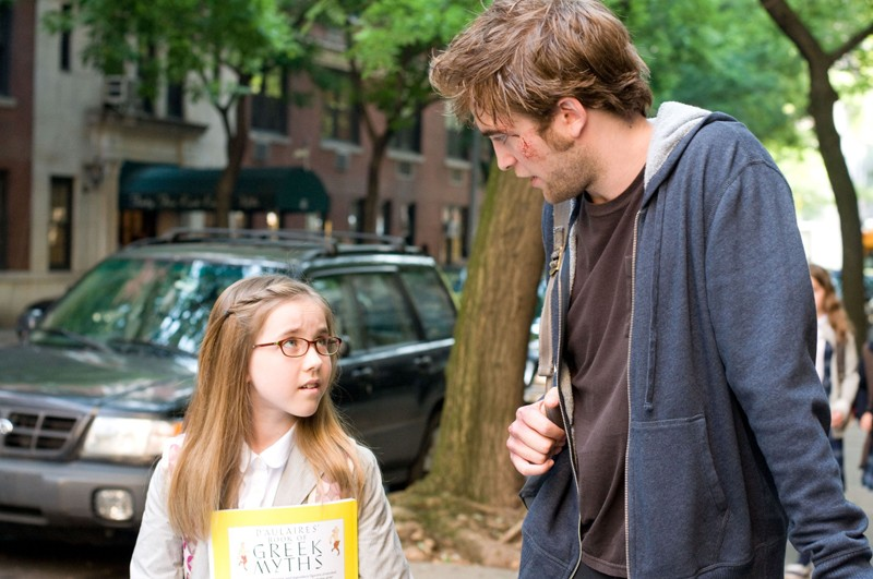 Caroline (Ruby Jerins) e Tyler (Robert Pattinson) in una scena del film Remember Me
