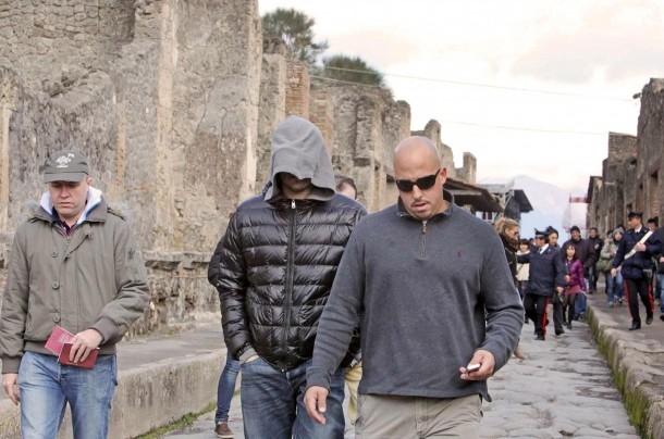 Febbraio 2010: Leonardo DiCaprio (con il volto coperto dal cappuccio) in visita agli scavi archeologici di Pompei.