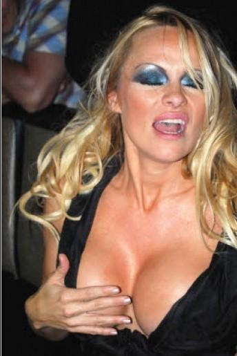 Febbraio 2010: una 'straripante' Pamela Anderson durante una sfilata