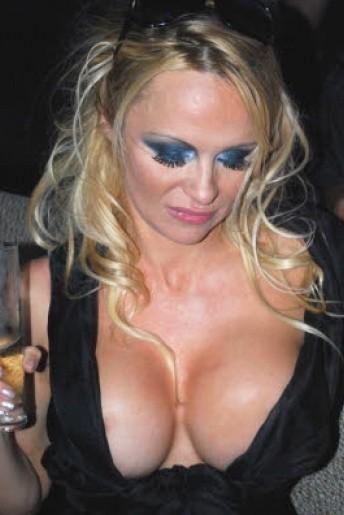 Febbraio 2010: una 'straripante' Pamela Anderson è tra gli ospiti di una sfilata