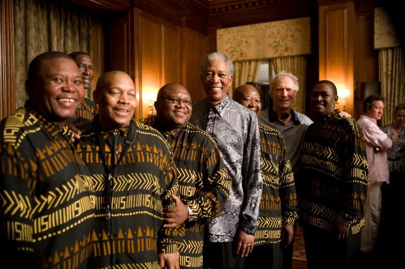 Morgan Freeman, il regista Clint Eastwood e i musicisti del Soweto String Quartet sul set del film Invictus