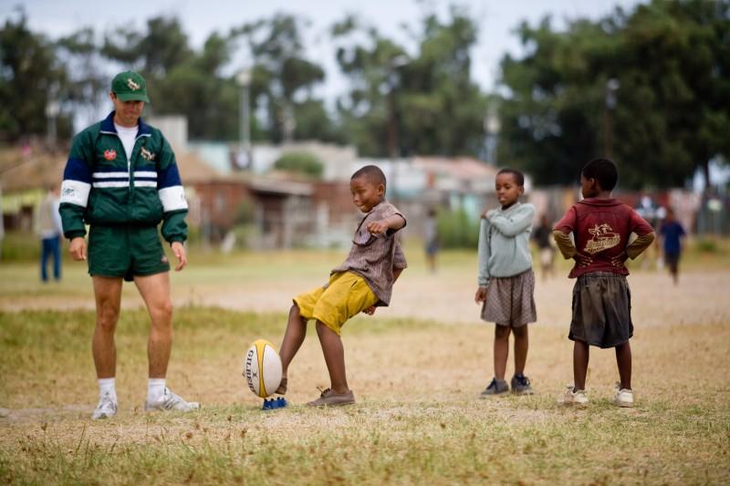 Ryan Scott e i bambini sudafricani in una scena del film Invictus