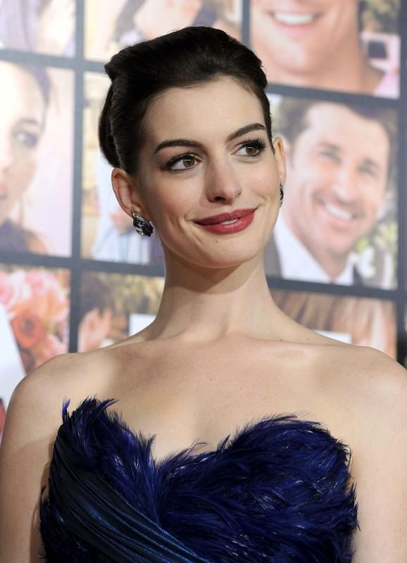 Anne Hathaway sorride ai fotografi alla premiere di film Valentine's Day