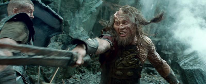 Sam Worthington combatte un personaggio mostruoso nel film Scontro tra titani