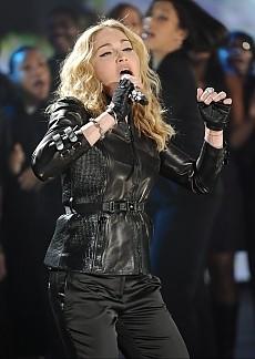 2010: Madonna canta Like a Prayer durante la maratona televisiva di beneficenza per i terremotati di Haiti