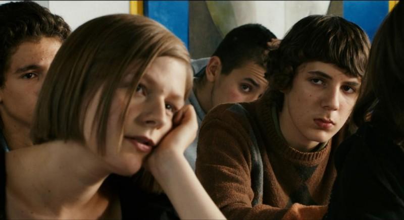 Alice Trémolière e Vincent Lacoste, adolescenti alle prese coi primi baci nel film Les beaux gosses (2009)