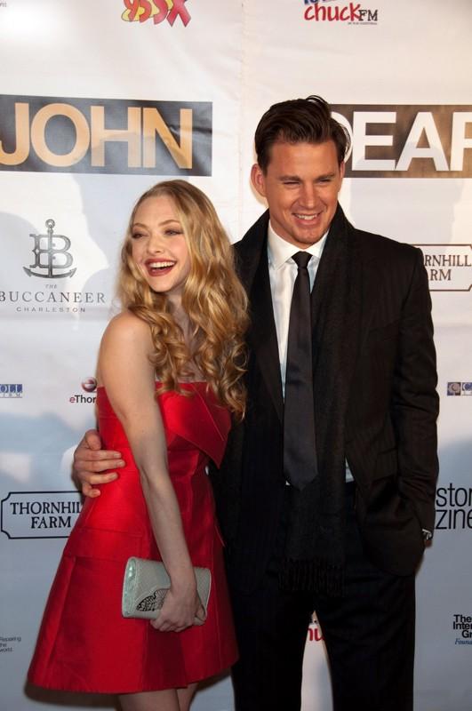 Amanda Seyfried e Channing Tatum sorridenti, posano per i fotografi alla premiere del film Dear John
