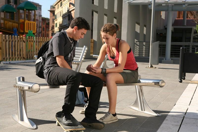 Emanuele Propizio e Chiara Passarelli in una scena del film Genitori & figli - Agitare bene prima dell'uso