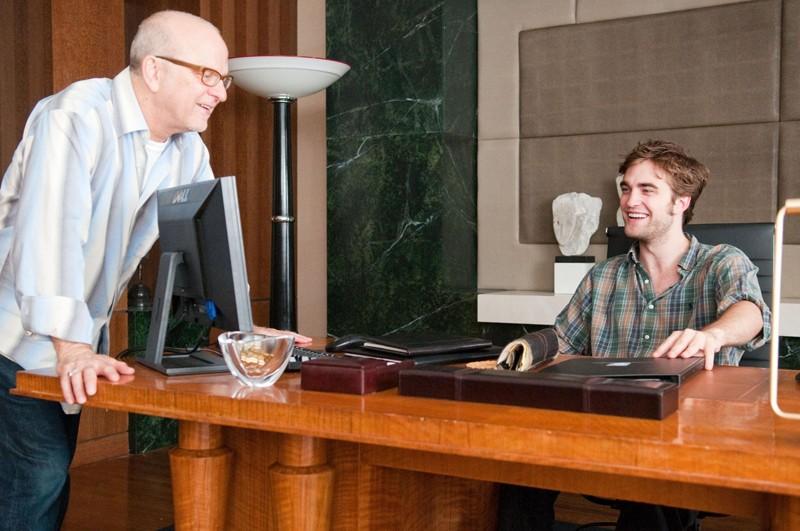 Il regista Allen Coulter e l'attore Robert Pattinson sul set del film Remember Me