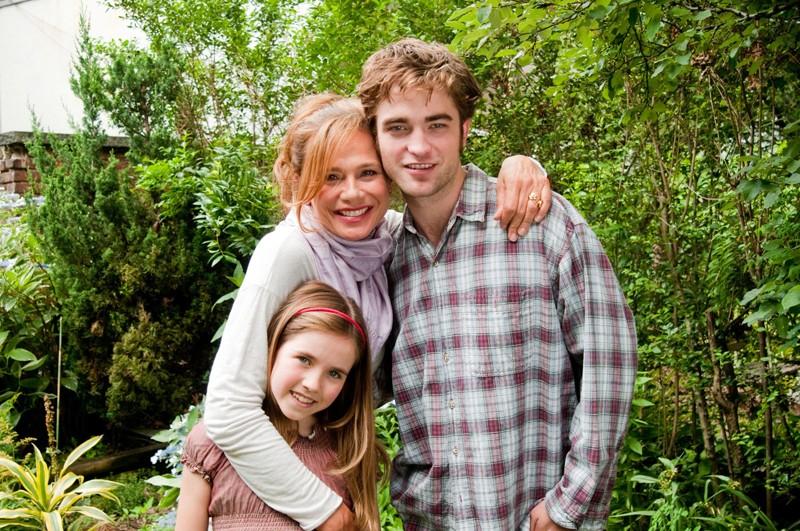 Lena Olin, Ruby Jerins e Robert Pattinson in un'immagine promozionale per il film Remember Me