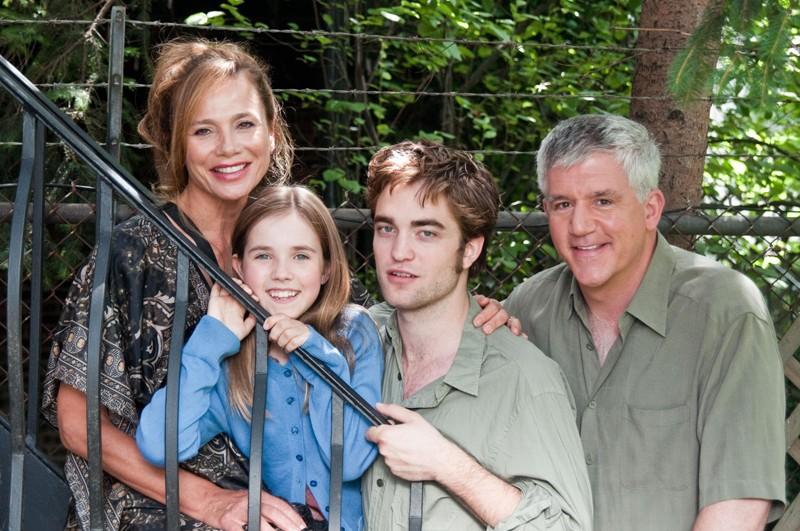 Lena Olin, Ruby Jerins, Robert Pattinson e Gregory Jbara in una foto promo del film Remember Me