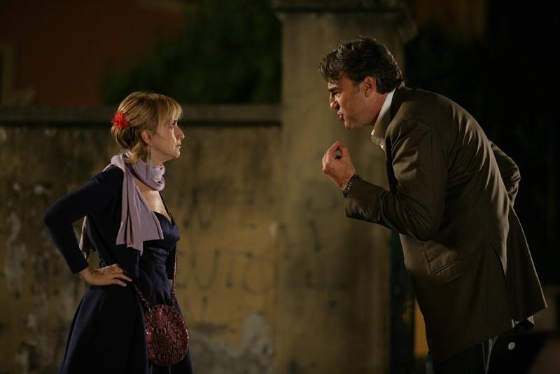 Luciana Littizzetto e Max Tortora in una scena del film Genitori & figli - Agitare bene prima dell'uso