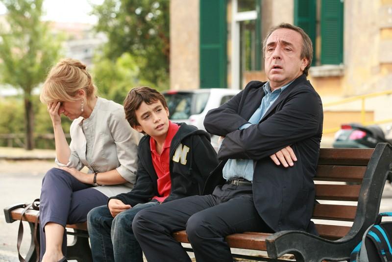 Luciana Littizzetto, Matteo Amata e Silvio Orlando in una scena del film Genitori & figli - Agitare bene prima dell'uso