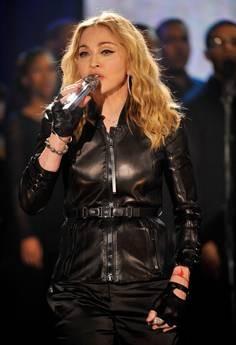 Madonna canta Like a Prayer durante la maratona televisiva di beneficenza per i terremotati di Haiti
