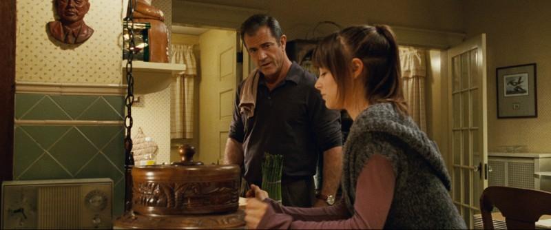 Mel Gibson e Bojana Novakovic in un'immagine del film Fuori controllo