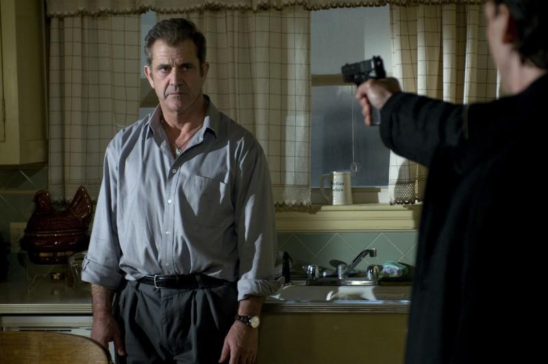 Mel Gibson sotto tiro in una scena del film Fuori controllo
