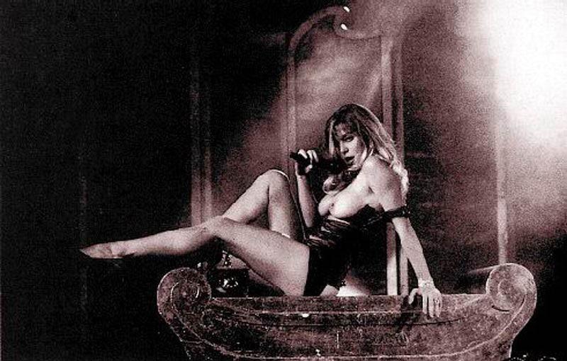 Moana Pozzi durante uno show erotico