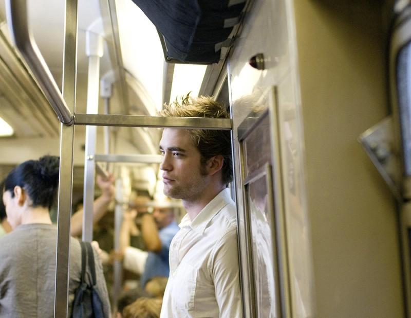 Robert Pattinson assorto nei propri pensieri in una sequenza di Remember Me