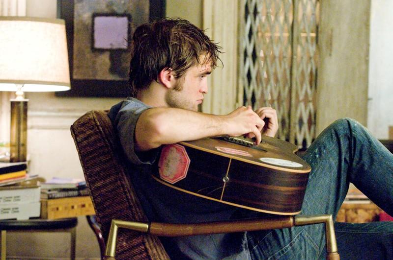 Robert Pattinson suona la chitarra in una sequenza di Remember Me
