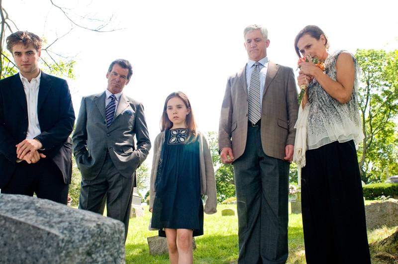Tyler (Robert Pattinson), Charles (Pierce Brosnan), Caroline (Ruby Jerins), Les (Gregory Jbara) e Diane (Lena Olin) nel film Remember Me