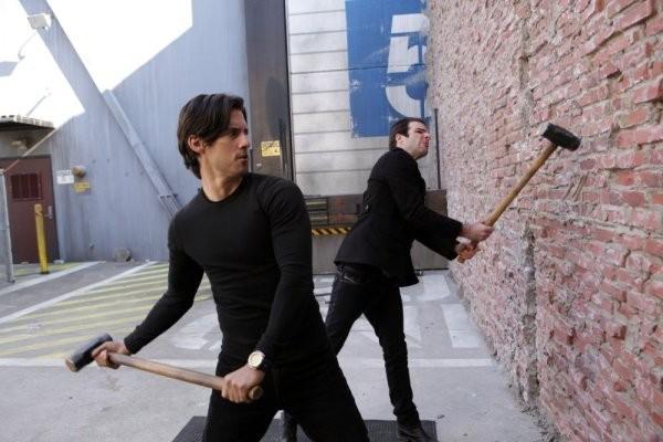 Milo Ventimiglia e Zachary Quinto in una scena di The Wall, dalla quarta stagione di Heroes
