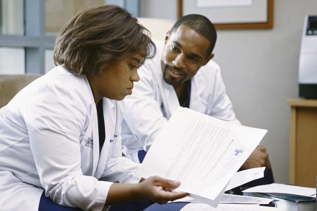 Chandra Wilson e Jason George in una scena di I Like You So Much Better When You're Naked dalla sesta stagione di Grey's Anatomy