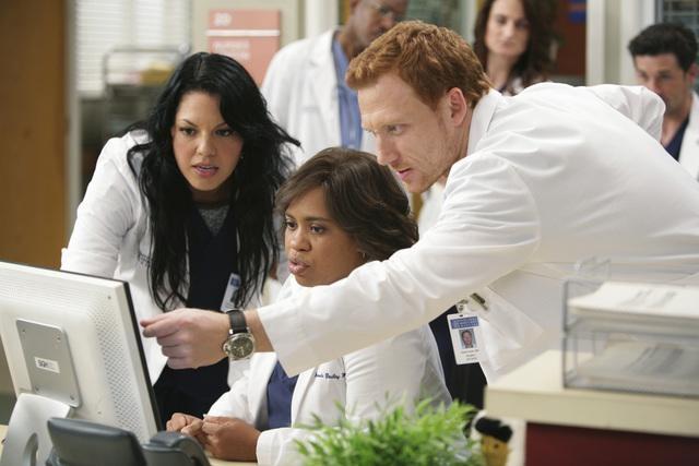Chandra Wilson, Sara Ramirez e Kevin McKidd in una scena di Blink dalla sesta stagione di Grey's Anatomy