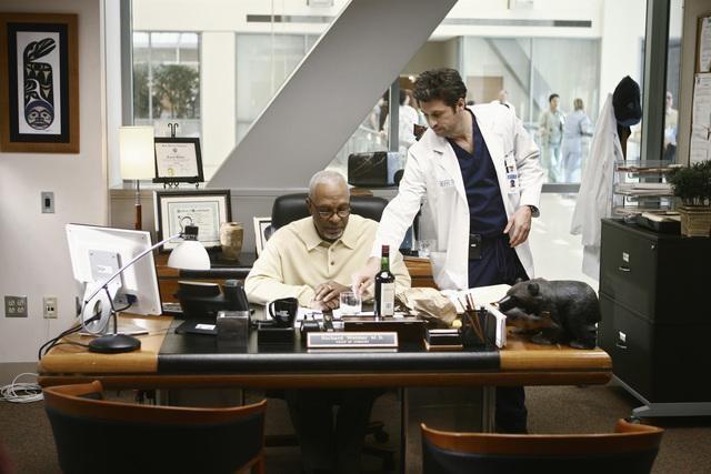 James Pickens Jr. e Patrick Dempsey in una scena di I Like You So Much Better When You're Naked dalla sesta stagione di Grey's Anatomy