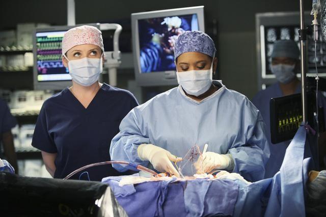 Jessica Capshaw e Chandra Wilson in una scena di Valentine's Day Massacre dalla sesta stagione di Grey's Anatomy